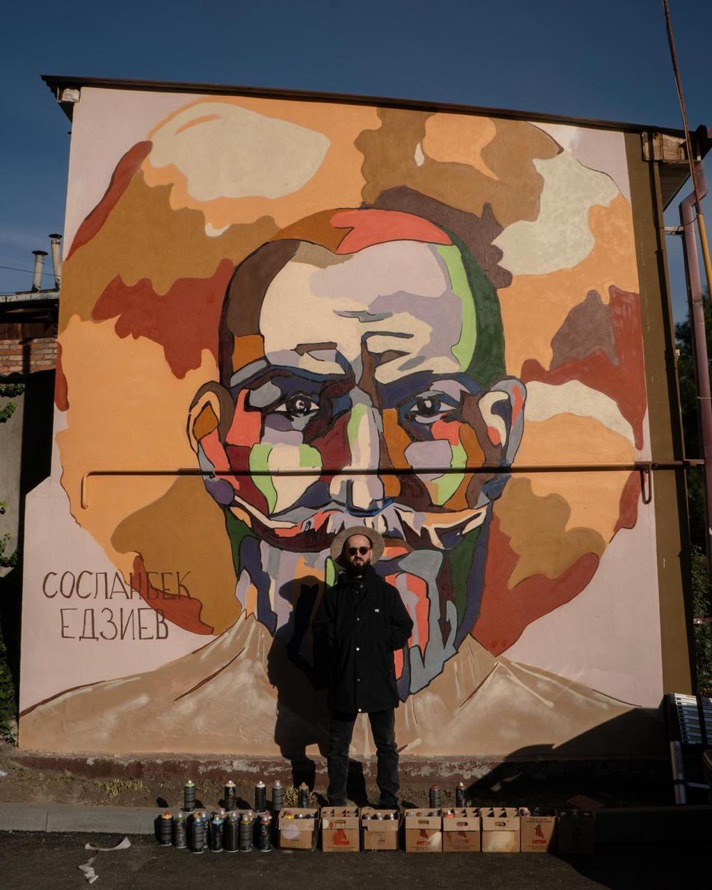 Художник нарисовал на стене  портрет Едзиева, потому что великому  скульптору не установлено  даже памятной плиты