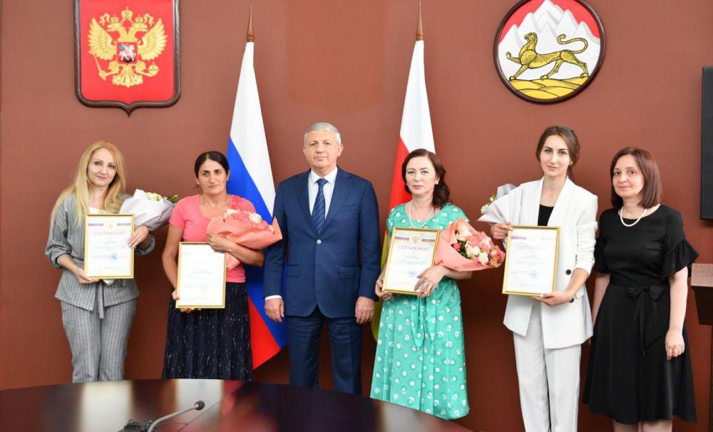 4 семьи из Осетии, в которых  родились тройняшки, получили субсидии почти на 2 млн рублей на покупку жилья
