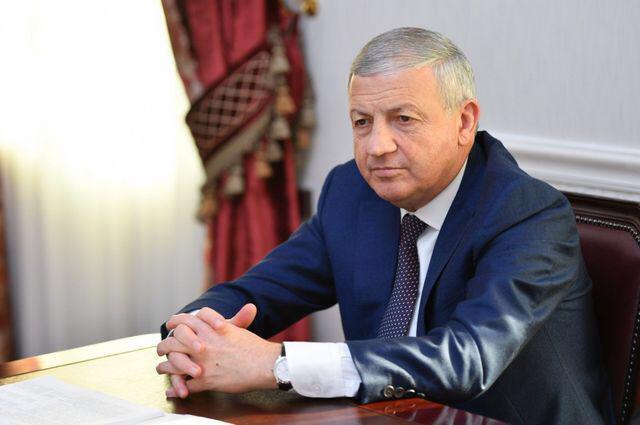 Битаров заявил, что будет общаться и попытается понять, что побудило молодых людей кидать камни в ОМОН