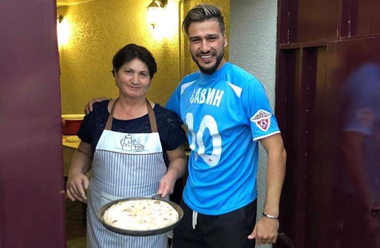 Мама Алана Дзагоева приготовила осетинские пироги для ЦСКА