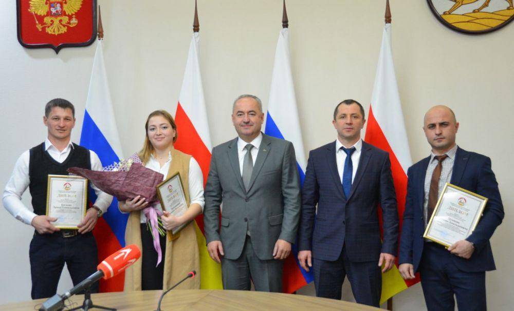 Лучшие работники  в области молодежной политики получили премии в размере 50 тысяч рублей