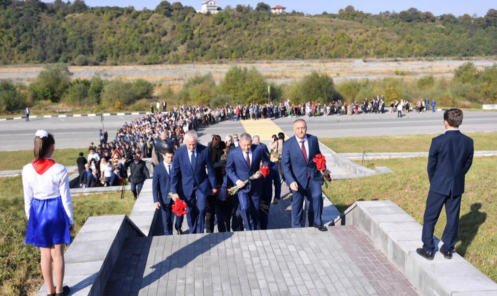 Память жертв схода ледника Колка почтили в Северной Осетии
