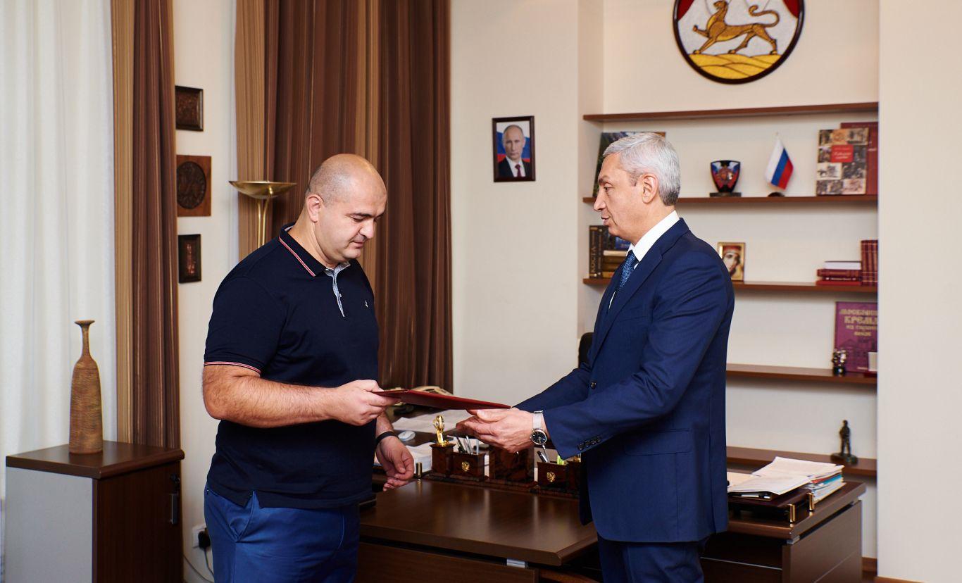 Сослан Батыров, оказывающий юридическую помощь выходцам из Осетии в Москве, получил Почетную грамоту Главы республики