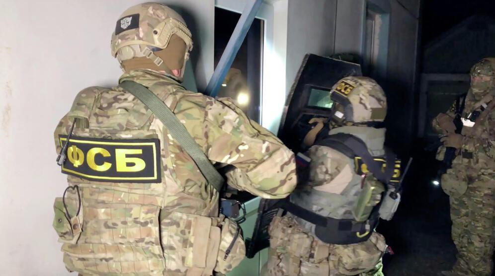 ФСБ задержала 13 человек, готовивших атаки на учебные заведения
