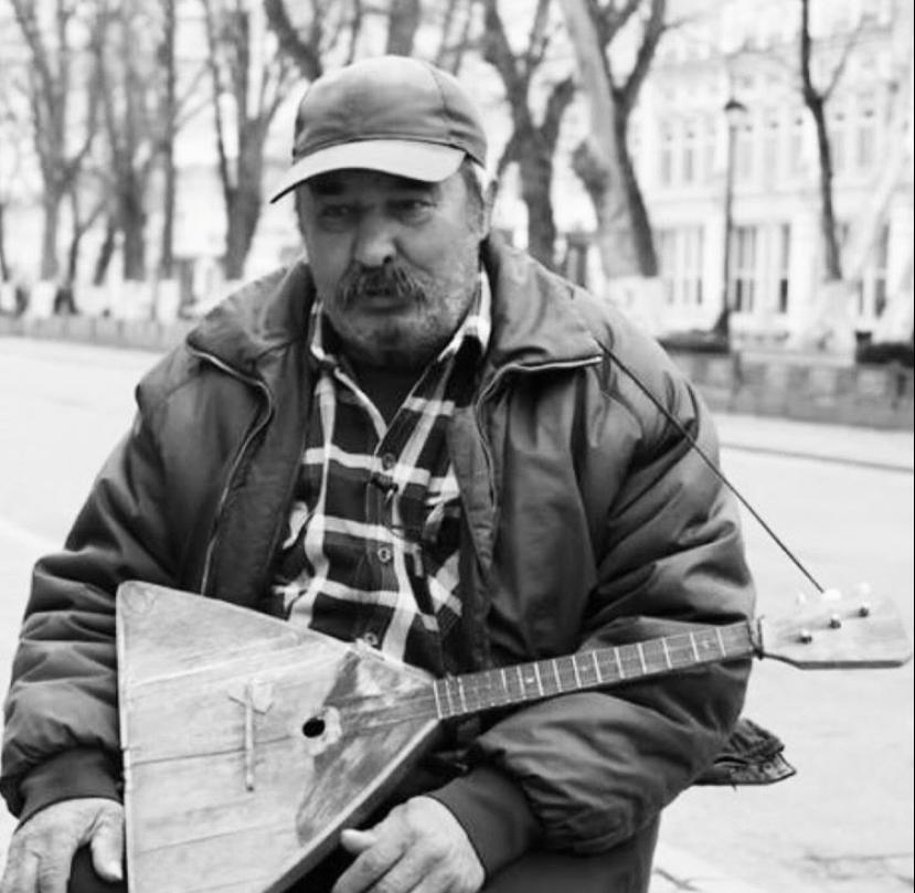 Не стало Аслана Уртаева, который более 25 лет играл в центре Владикавказа как уличный музыкант
