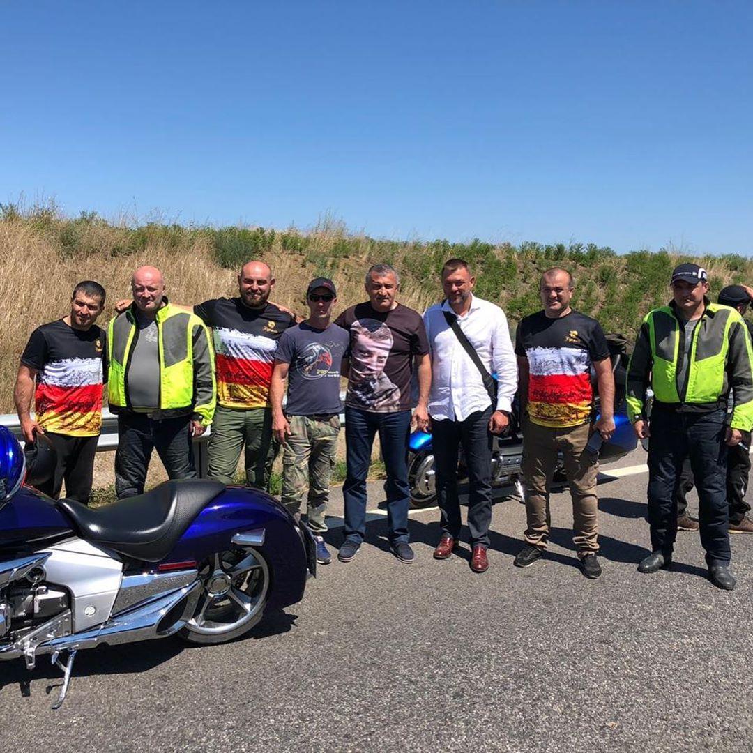 Анатолий Бибилов проехал на мотоцикле  по Крымскому мосту в майке с изображением  своего погибшего  друга Александра  Захарченко