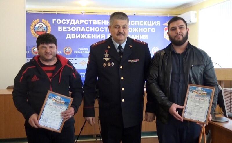 Задержавшие правонарушителя мужчины получили благодарность от ГИБДД МВД