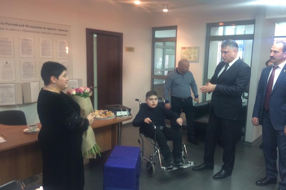 Полпред Матовников подарил во Владикавказе мальчику с синдромом ДЦП инвалидную коляску