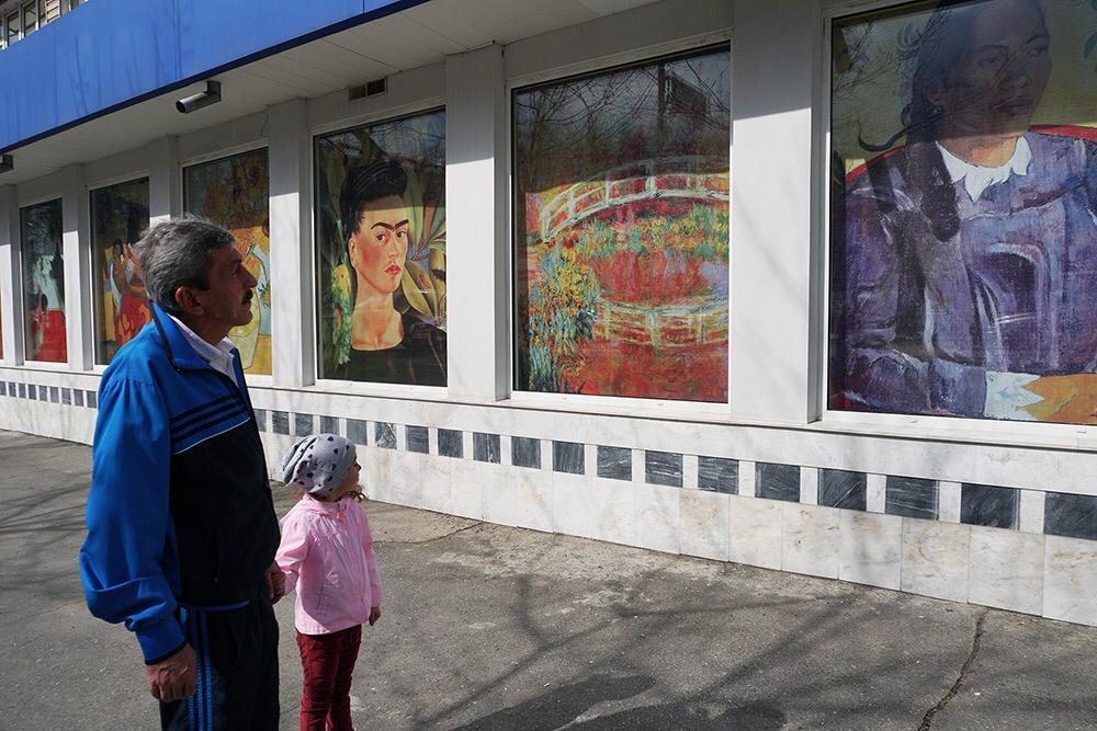 Во Владикавказе витрины магазина украсили шедеврами живописи