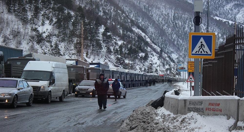 Более 350 автомобилей ожидают открытия Военно-грузинской  дороги