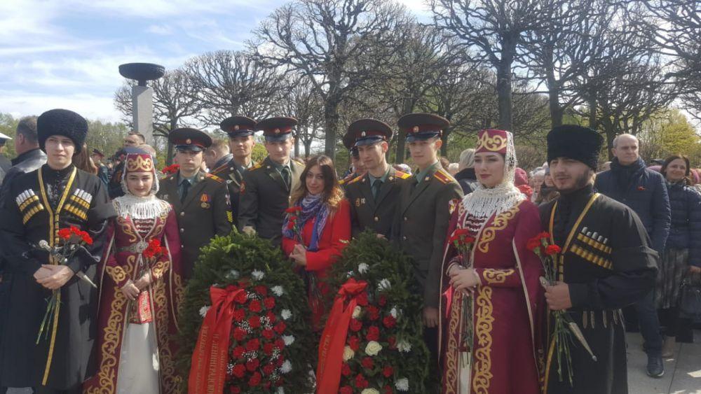 Осетины Санкт-Петербурга возложили цветы и венки на Пискаревском мемориальном кладбище