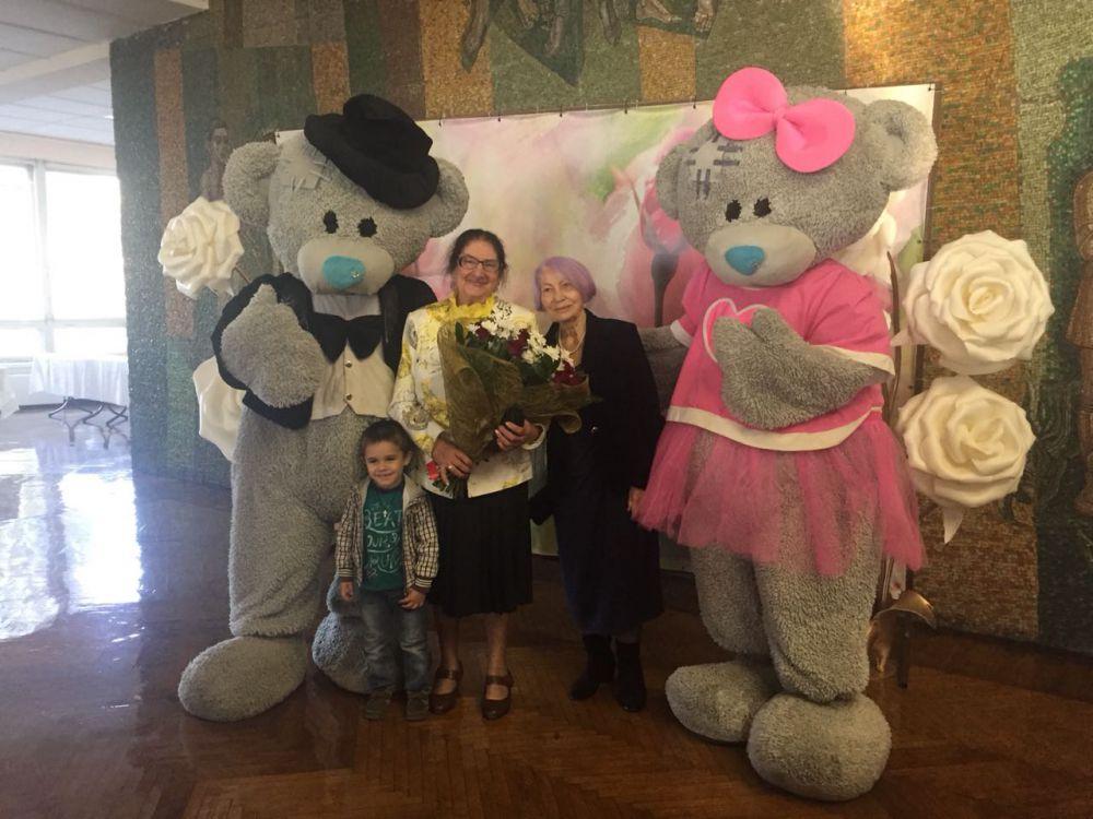 Ученики дворца детского творчества поздравили легендарную Анну Гучмазову с 85-летием