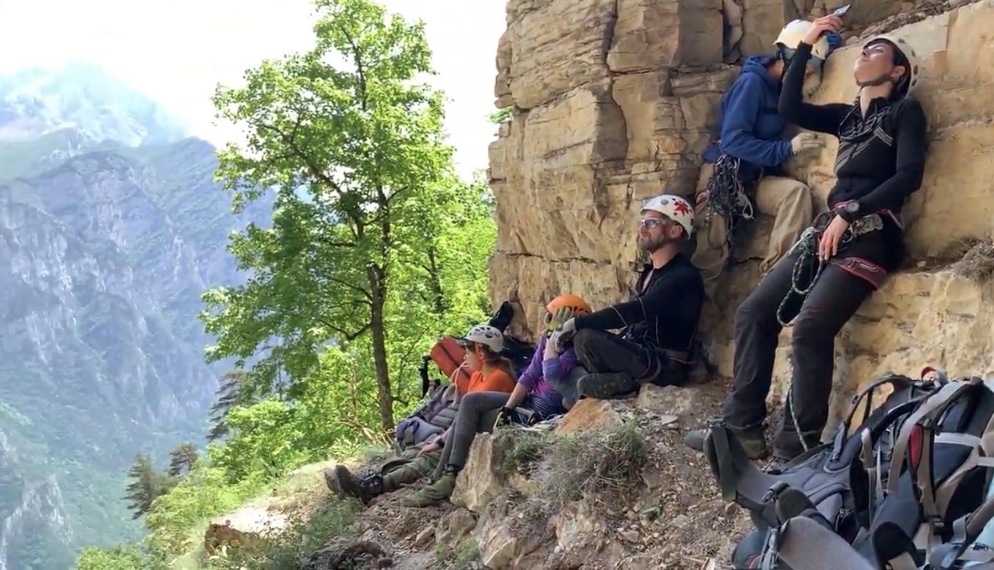 Альпинисты нашли в пещере Чёрного Всадника в горах Осетии  ракушки Юрского периода