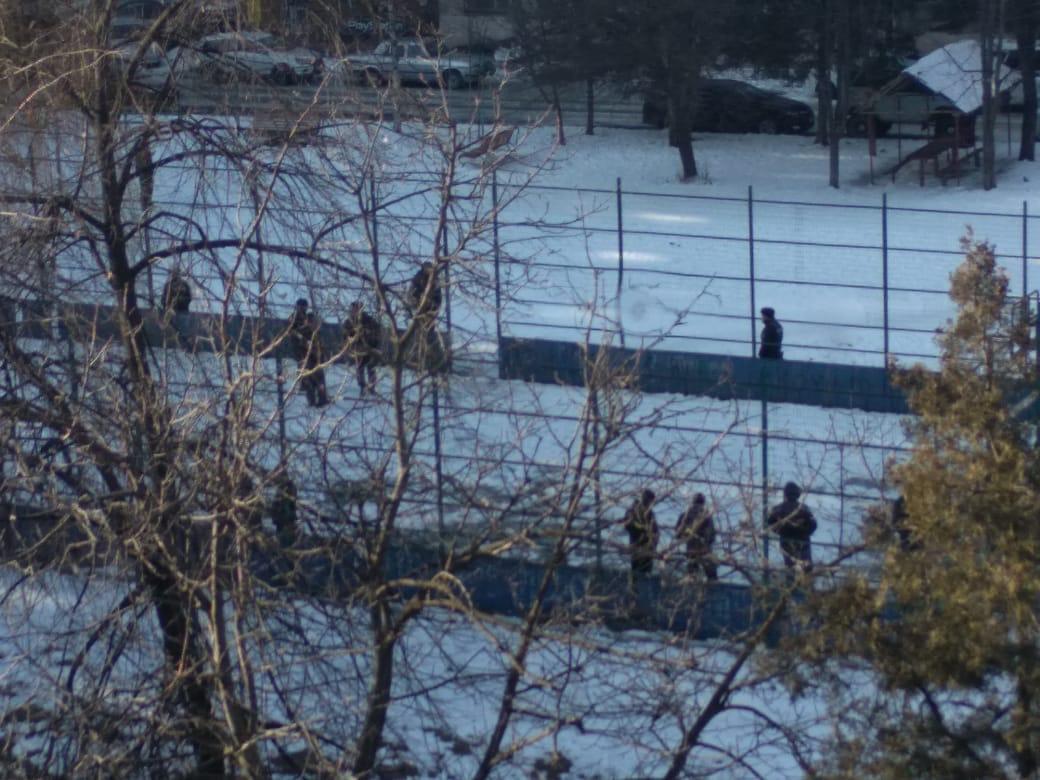Жители Владикавказа в понедельник утром обнаружили на детской площадке труп человека